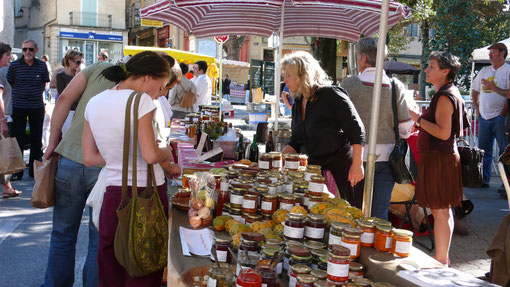 Verkaufsstand auf dem Wochenland in Arles