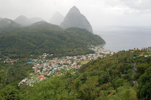 Die beiden Pietons um Soufriere sind Wahrzeichen der Insel. leider regnet es häufig  über den Regenwäldern.