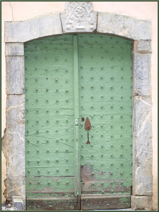 Porte ancienne au village d'Aas, Vallée d'Ossau (64)