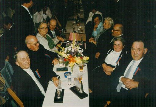 Gründer mit Ehefrauen und Pfarrer Schmitter am Ehrentisch 1984