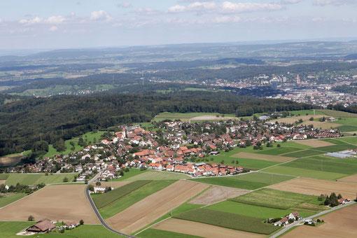 Luftaufnahme Brütten mit im Hintergrund rechts Winterthur (Archiv): Bild Mano Reichling, Illnau