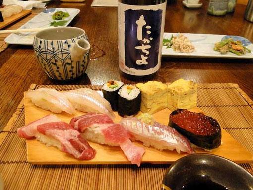 寿司職人のご主人は食べる直前ににぎってくれる。おいしかった〜。たくさんある日本酒から好みと料理との組み合わせを考えてお酒をセレクトしてくれる。