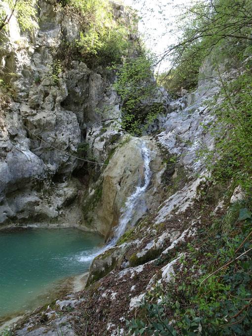 der 2. Wasserfall, Bacva, fällt in einen ausgewaschenen Kessel