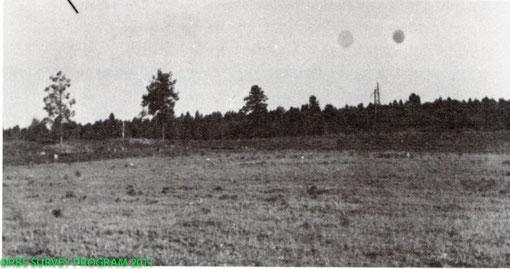 L'une des photos originales montrant deux orbes sombres en plein jour