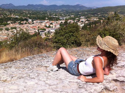 Bild: die Autorin Sandra Åslund genießt die Sonne und den Ausblick in der Provence