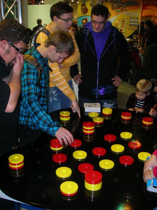 Le jeu existe en 3 dimensions: standard 40 cm, sur-dimensionné 68 cm et géant 160 cm avec des pions de 10 cm.