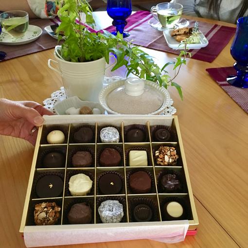 25日のお茶会には、なんと岐阜からお越しいただいたゲストさんが!朝早く新幹線に乗って楽しみに楽しみにいらしてくださった、ひとへさん。ほんとうにありがとうございました!お土産にご親戚のご夫婦が始められたお店のチョコレートをお持ちくださって・・・開いた途端、あまりの美しさに歓声が上がっていましたね♪他のお店のモノより大粒で贅沢にもリキュールいっぱい。大人の高級チョコ♥に場の雰囲気もUPー♪