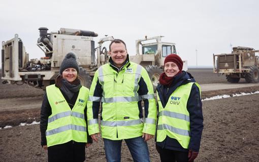 Helga Vogg (links im Bild) mit OMV Kollegen.