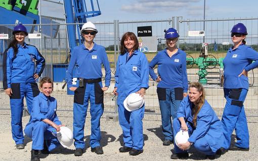 Helga Vogg (Mitte) mit diversen Frauen aus dem OMV Team