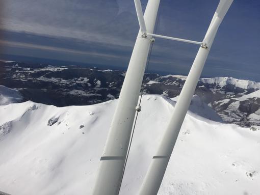 Vol au dessus des monts enneigés du Cantal