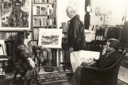 Le réalisateur Hassen Bouabdellah, Bettina Heinen-Ayech et Abdelhamid Ayech dans l'atelier algérien de l'artiste lors du tournage en 1992 de la documentation du pavillon algérien à Séville
