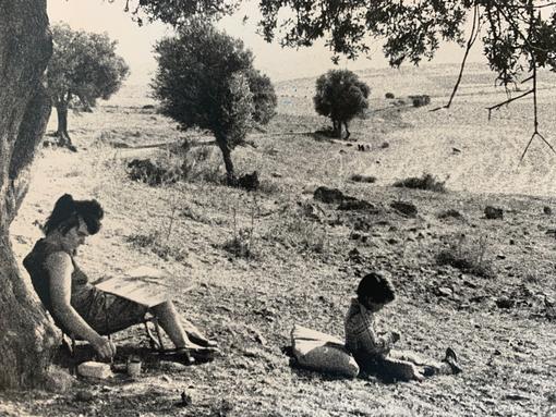 Bettina Heinen-Ayech und Ihr Sohn bei Malen in der Gegend von Guelma im Jahr 1976