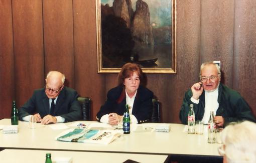 Hauptversammlung des Freundeskreis Erwin Bowien e.V., 1986. In der Mitte Präsidentin Bettina Heinen-Ayech, rechts: Vizepräsident Hans-Karl Pesch, links: Schatzmeister Dr. Ernst Woltemaas