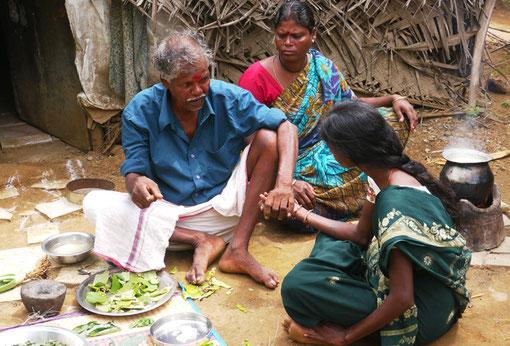 Der Vidyar, Irular Heiler, behandelt eine junge Frau mit selbst gesammelten Kräutern.  Die Irular haben ein eigenes von Geheimnissen umwobenes Heisystem.