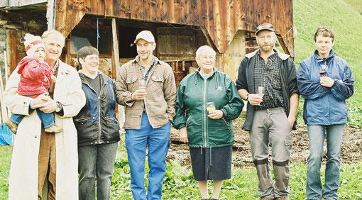 Familie Imhof vor dem alten Stall