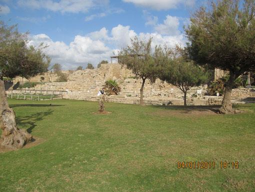 подиум, на котором стоял храм Августа