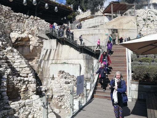 Ступени, ведущие от Большого каменного сооружения к участку G раскопок
