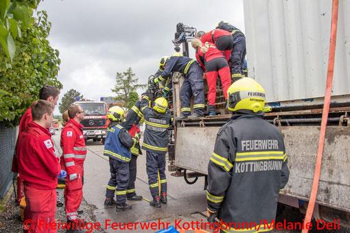 Feuerwehr, Blaulicht, FF Kottingbrunn, LKW, Person in Notlage