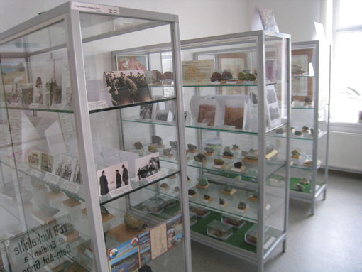 Vitrinen im Heimatmuseum Reichenbach mit einer wunderbaren Lagerstättensammlung