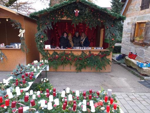 Bild unseres Standes auf dem Weihnachtsmarkts in Großdeinbach. Im Vordergrund die selbst gebastelten Adventskränze, die zum Verkauf angeboten wurden.