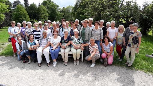 Gruppenbild der LandFrauen im Garten von Schloss Donzdorf