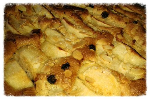 Apfelkuchen mit Rosinen und Mandeln nach böhmischer Art