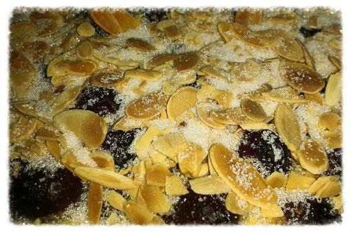 Böhmischer Kirschkuchen mit Mandeln und Zucker - 10 Minuten vor dem Ende der Backzeit