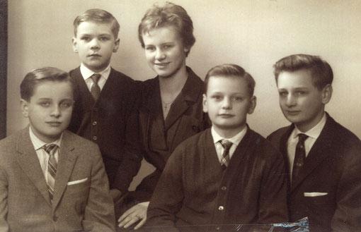 Norbert links außen mit Geschwistern 1961