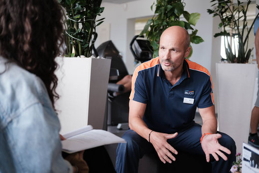 Cheftrainer Thomas Täschner im Gespräch mit Denise Stell.