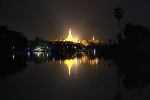 Die Schwedagon-Pagode spiegelt sich im Kandawgyi, dem Königs-See