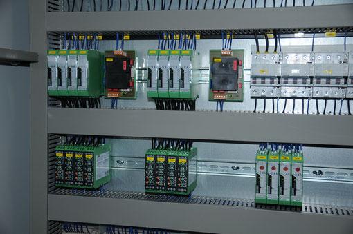 Doppelte Systembeschriftung (auf den Bauteilen und auf der Montageplatte)
