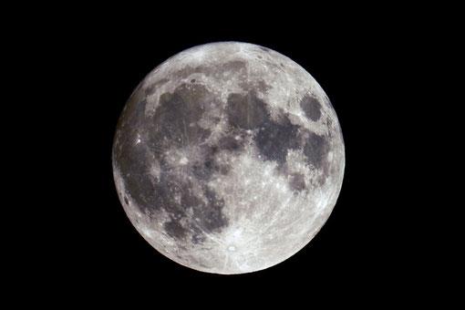 Der nicht ganz volle Mond am Abend des 17.04.11 um 22:15