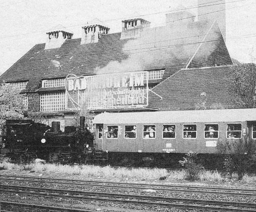 """Begrüßung der eintreffenden Fahrgäste: """"Bad Nauheim - Herzheilbad"""", Abb.: Hessische Heimat, 13.09.2008"""