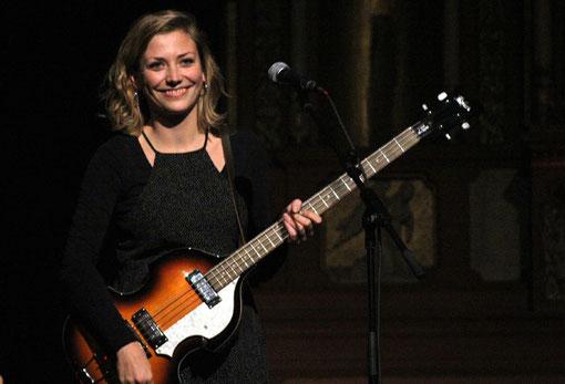 Akustik-Gitarre, Höfner-Bass, Mandoline und Glockenspiel. Multiinstrumentalistin und Sängerin Eena May tat viel für den facettenreichen Livesound des Ulmer Folkpop-Duos Liffey Looms.