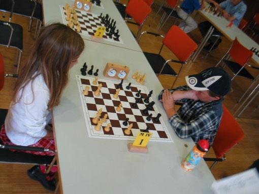 Gerade hat Dilan mit weißem Lg3-h4 einen Angriff gestartet...