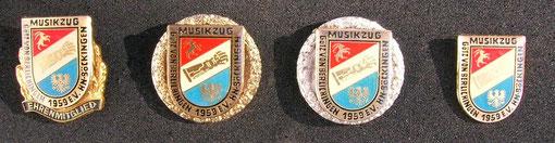 Vereinsnadel v.l.n.r. Ehrenmitgliedsnadel, Goldene Ehrennadel, silberne Ehrennadel, Ehrennadel