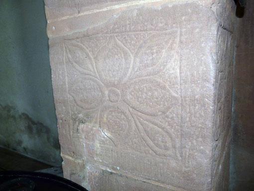 Photo n° 8 : symbole gravé sur la face latérale de la pile, à droite de la statue en bois