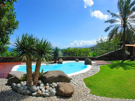 Ansicht vom Pool des Ferienhaus Urlaubstraum, in Los Realejos. Im Hintergrund ist das Meer und die Berge zu sehen.
