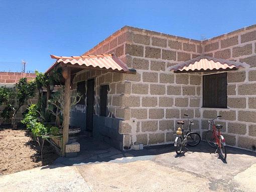 Das Bild zeigt den Pool mit Meerblick und eine Schale Früchte.