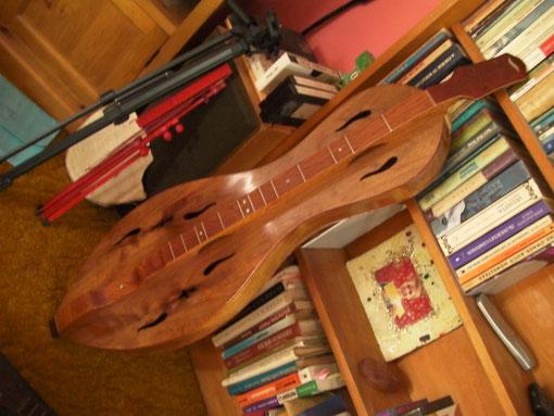 1.5m近くある巨大なスライドギター(?)