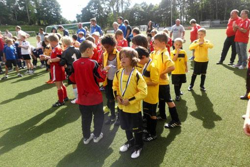 Teilnahme-Medaillien für Alle - F2 zur Saisonpremiere beim Turnier in Kupferdreh (Foto: m.d.)