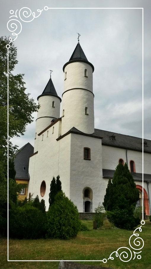 Die mächtigen weißen Doppeltürme strahlen über die Eifel als Landmarke