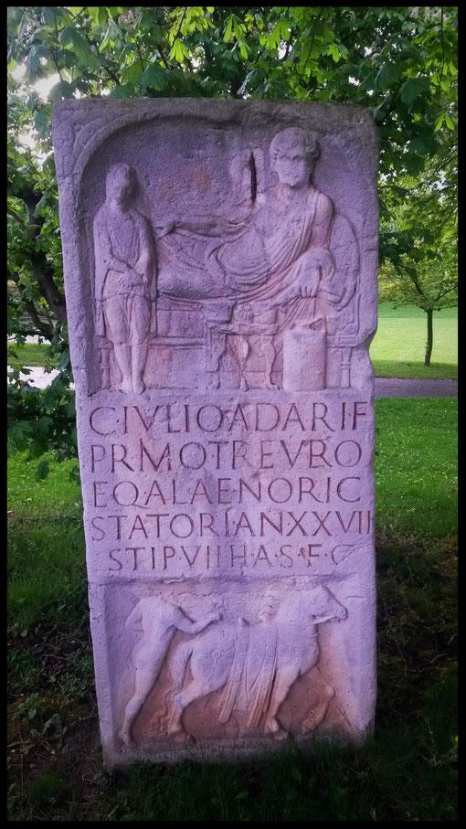 Imposanter römischer Grabstein im Rheinpark Bonn