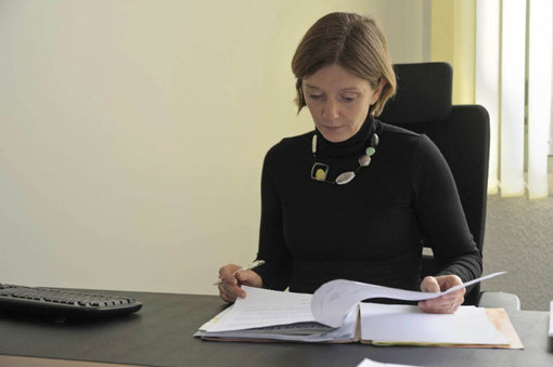 Madame le maire relit, contrôle et signe de nombreux courriers ( D. Sherwin-white)