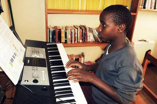 Bakari spielt Keyboard.
