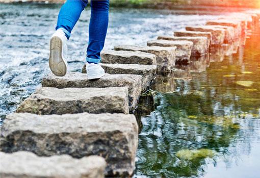 Mindinmotion.eu Alina Budai Coaching und Training auch am Telefon -  Aus Steinen gebaute Brücke über ein Gewässer
