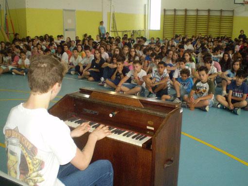 Uno studente suona l'Harmonium restaurato