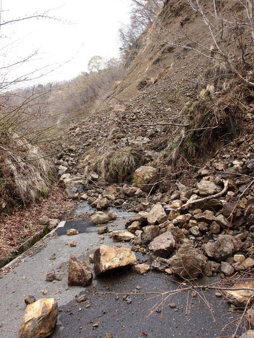 林道は崖崩れのため、通れません