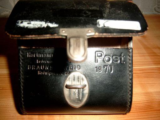 Hier die Ledertasche für das (hochwertige) Meßgerät, mit Textprägungen