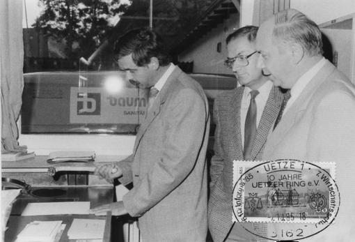 Eine Postkarte aus 1985 mit dem Poststempel der Informa Uetze. Auf dem Bild von links: Dieter Blanke, Karl Ölscher und Ernst Eicke testen den Stempel
